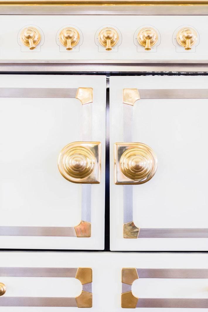 дизайн кухни с золотой фурнитурой от LAURA BURLESON