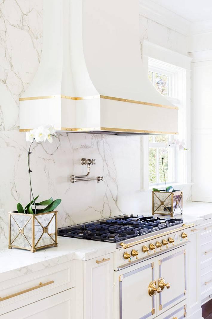 красивая вытяжка на мраморной стене на кухне фото