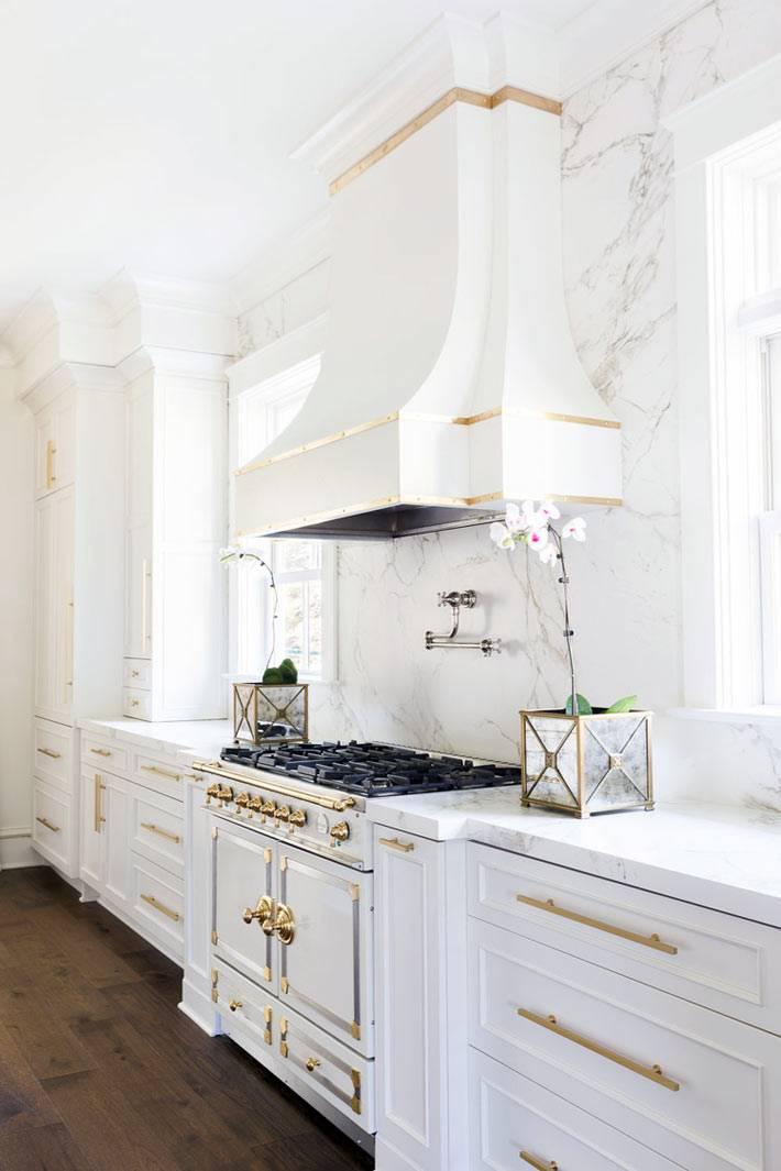 красивые декоративные вазы на мраморном интерьере кухни
