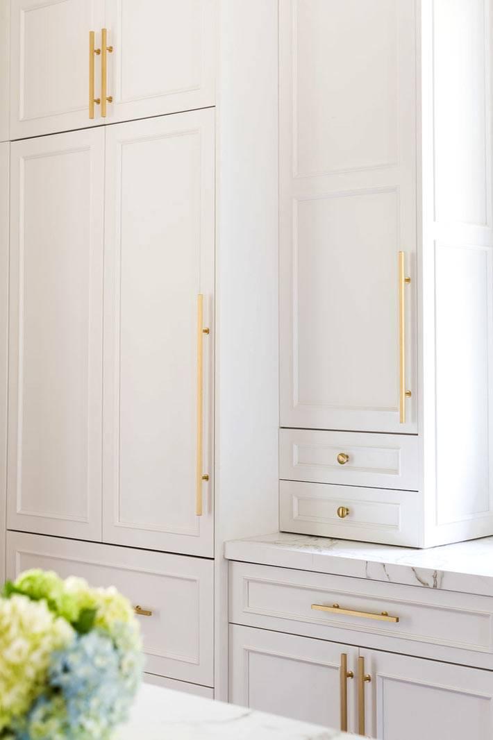 белый фасад кухни с золотыми ручками