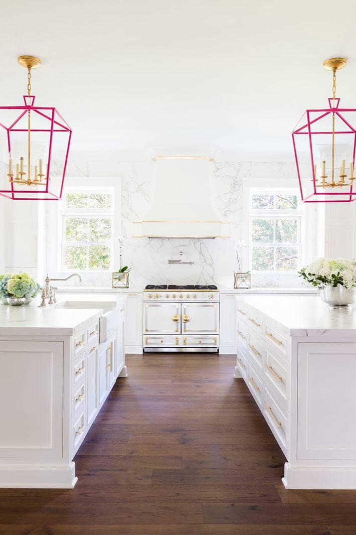розовые светильники в большом интерьере кухни