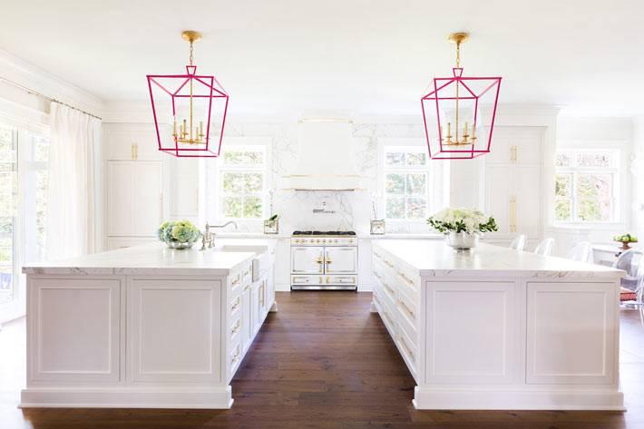 большой интерьер кухни белого цвета с розовым в кухне