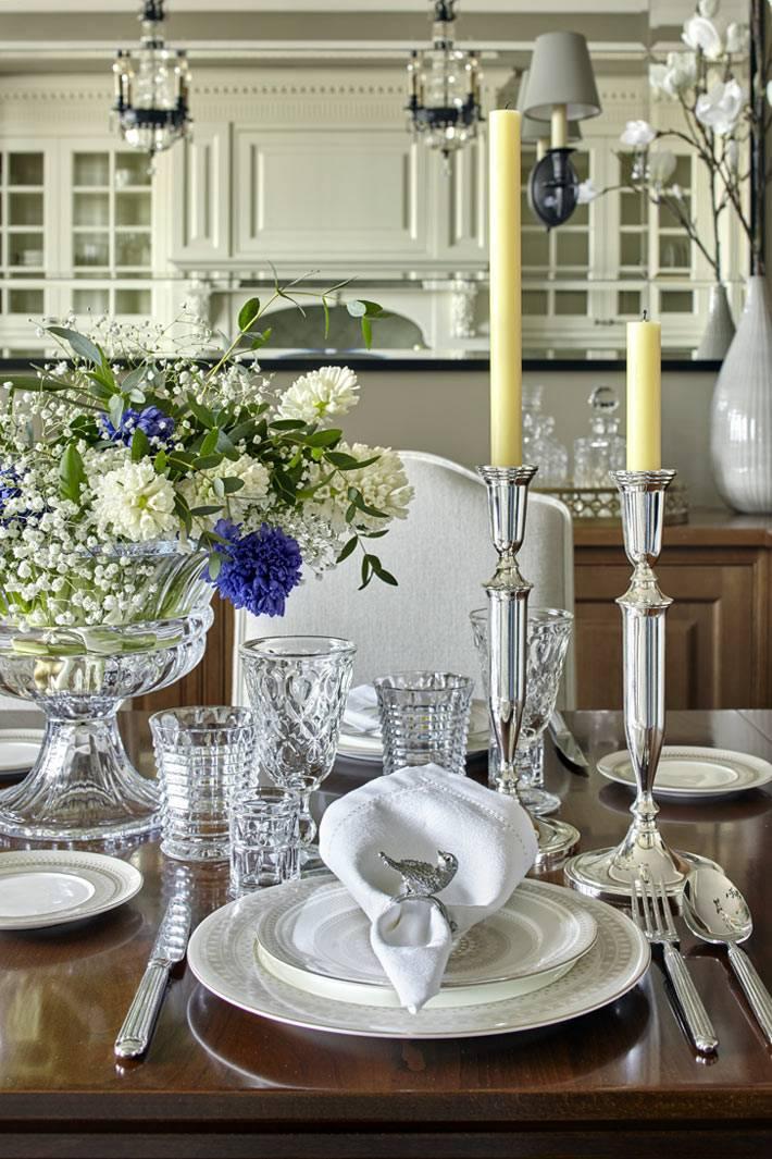 красивая сервировка стола со свечами в классическом стиле