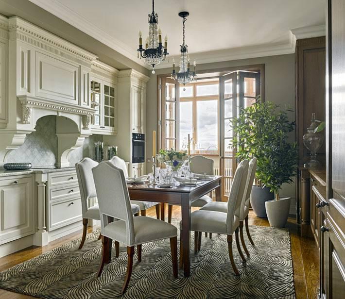 классический дизайн интерьера кухни с двумя люстрами