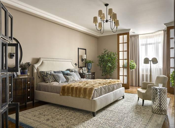 интерьер спальни в классическом стиле с большой кроватью
