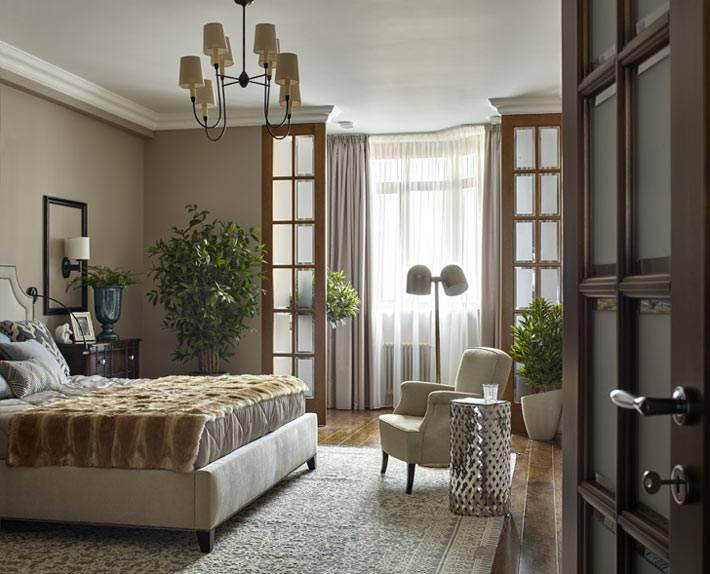 серые оттенки в дизайне большой спальной комнаты
