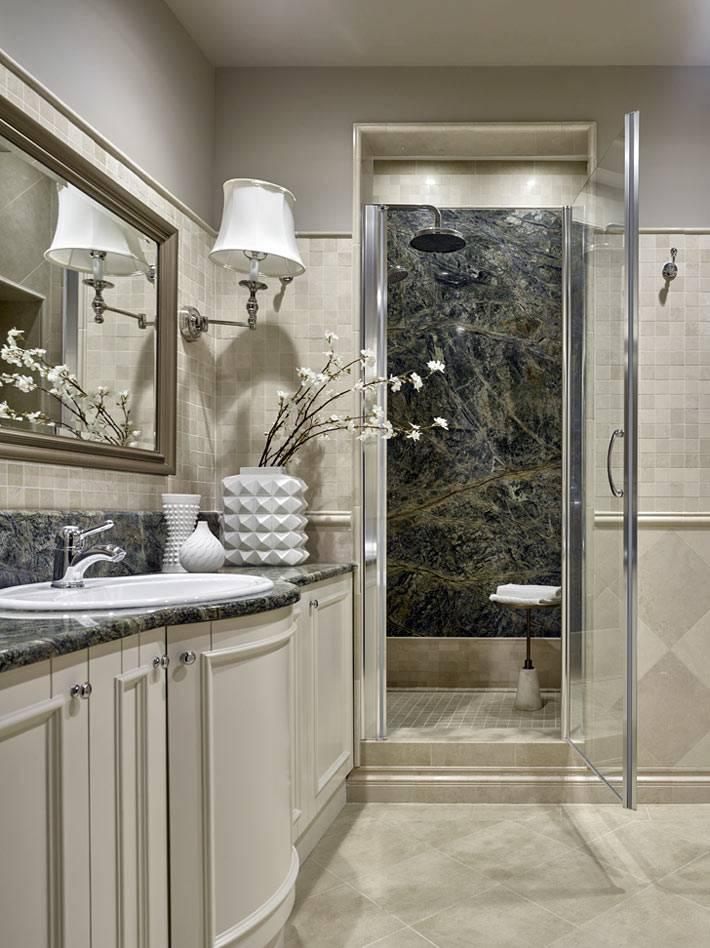 красивый интерьер ванной комнаты с мраморной душевой