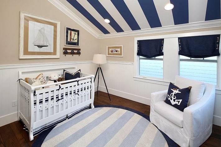 синие полосы на потолке детской комнаты фото