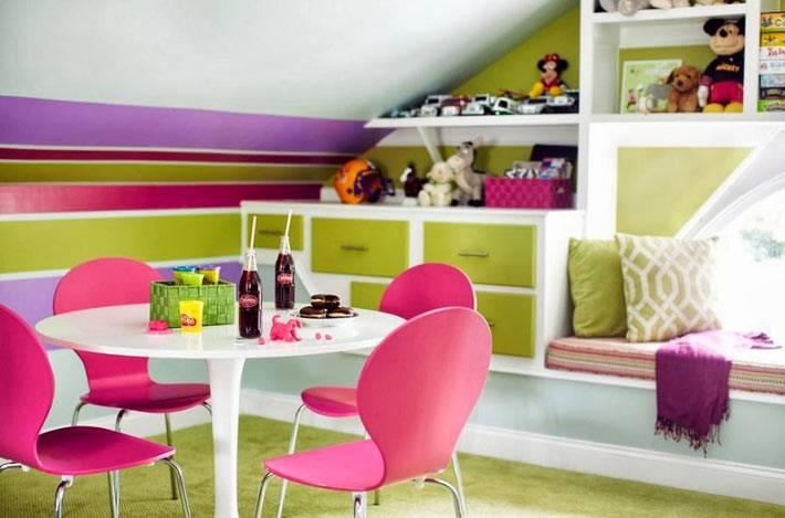 яркая игровая детская комната с полосками на стене
