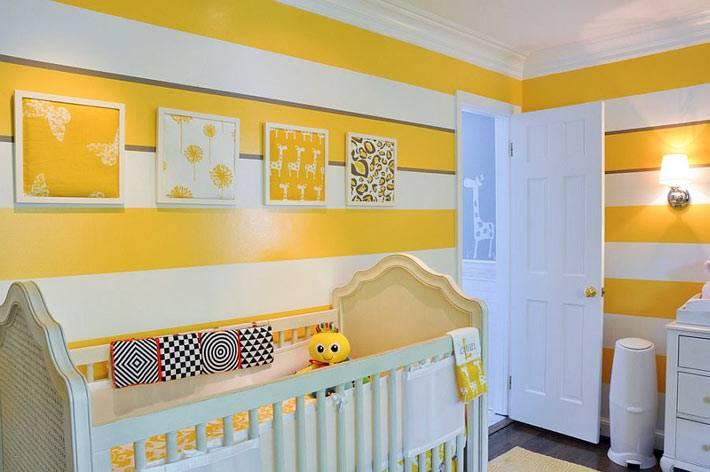 желтый цвет и полосатые стены в интерьере детской комнаты