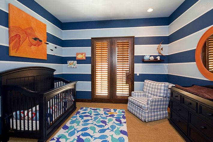 сине-белая полоска по периметру детской комнаты