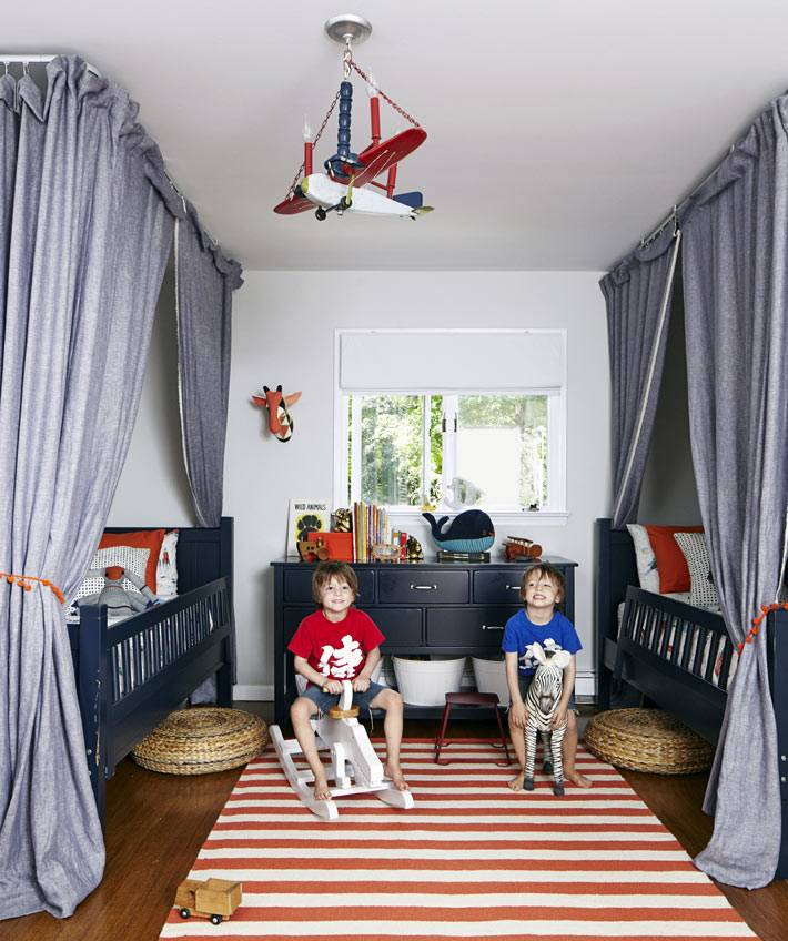 красный полосатый ковер в детской комнате фото