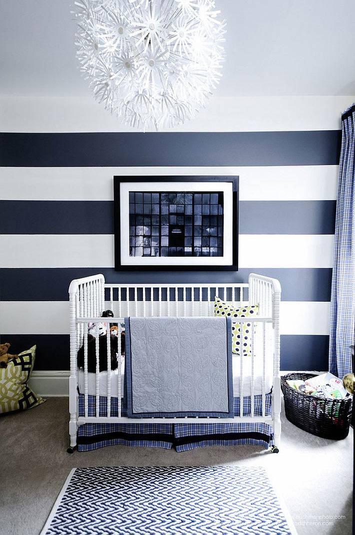 синие полосы в интерьере детской комнаты