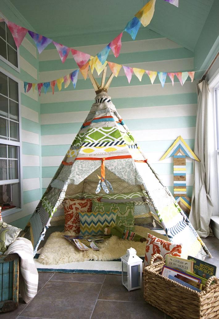 красивая игровая детская комната со стенами в полоску