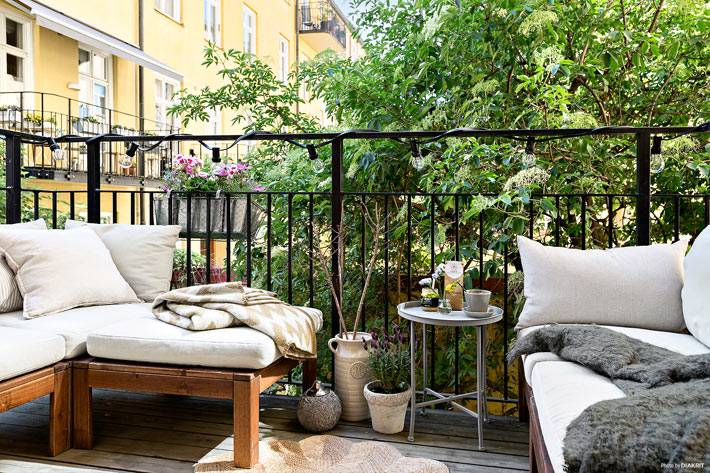 уютный открытый балкон для летних посиделок фото