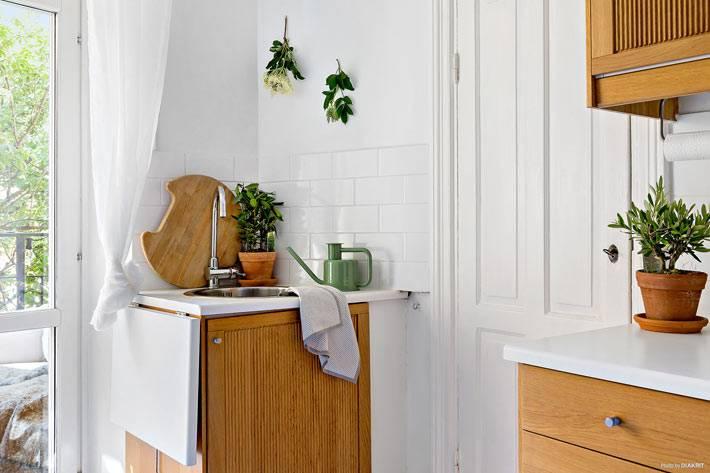 маленькая кухня в скандинавском стиле с деревянной мебелью