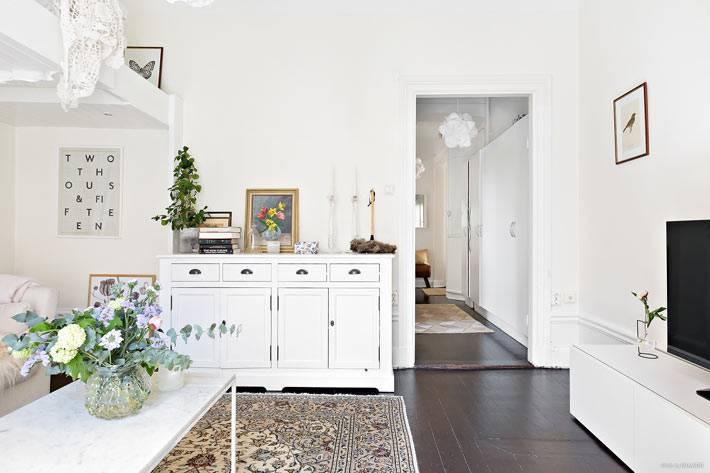 уютная квартира с белыми стенами и черным полом