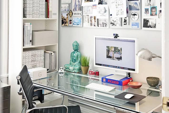 белый цвет и стеклянный стол в интерьере домашнего офиса