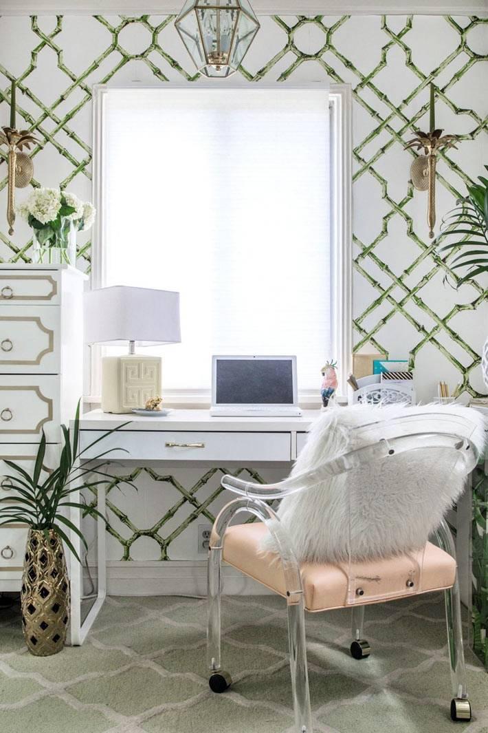светлый интерьер домашнего офиса с зелеными обоями фото