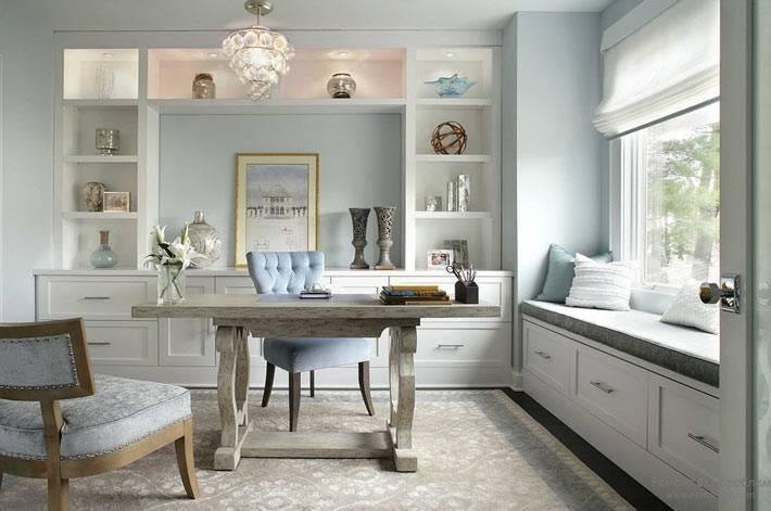 домашний кабинет с мягкой подоконной скамьей фото