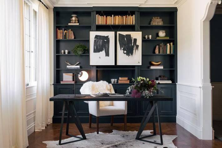 уютный интерьер домашнего офиса с черным шкафом