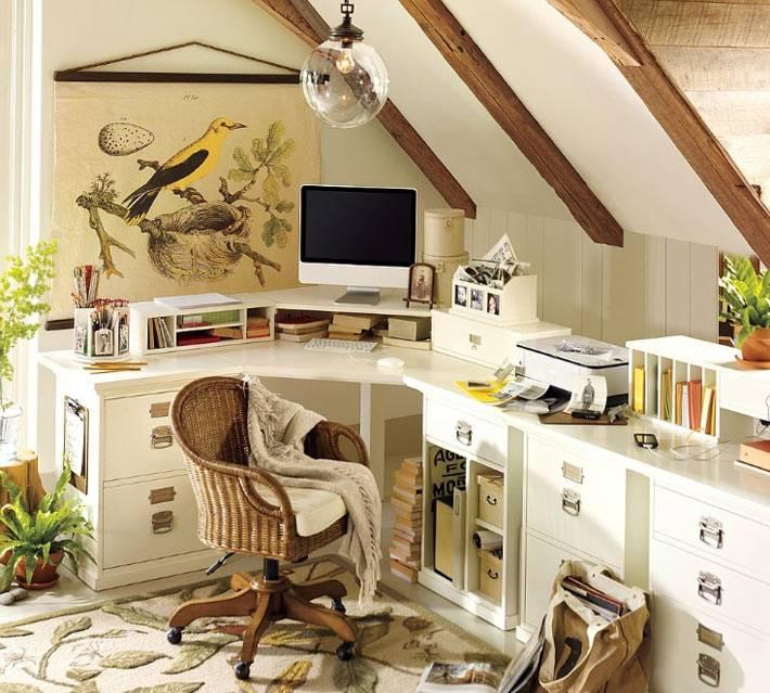интерьер офиса в мансардном помещении