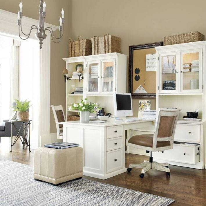 домашний кабинет с мебелью и пробковой доской