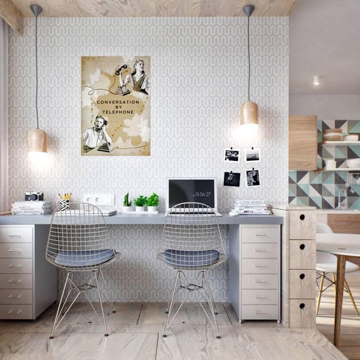 светлый офис с подвесными лампами в домашнем кабинете