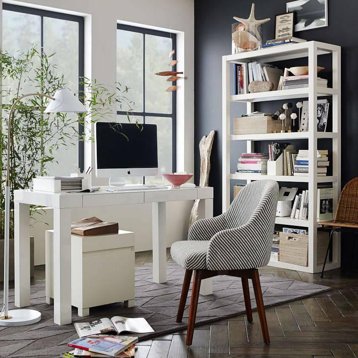 домашний офис с синей стеной и белой мебелью
