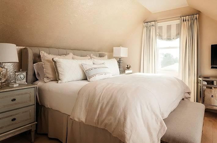 интерьер спальни бежевого цвета на мансардном этаже