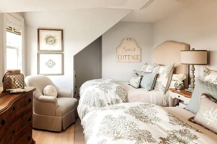 элементы бежевого и голубого цвета в интерьере спальни