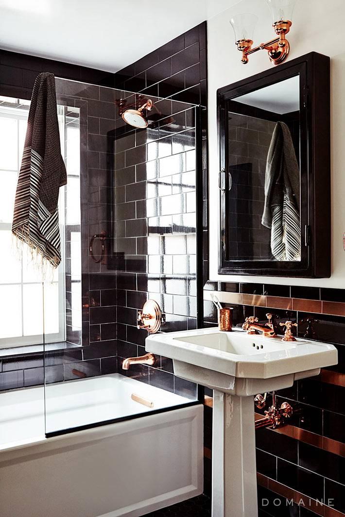 сочетание черного и золотого в дизайне ванной комнаты