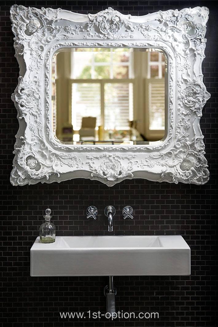 белая рама на фоне черной стены ванной комнаты