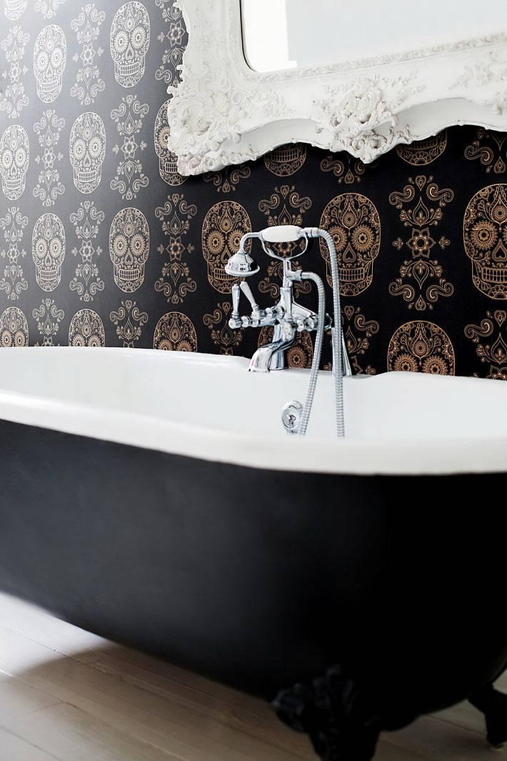 черные обои с черепами для оригинальной ванной комнаты