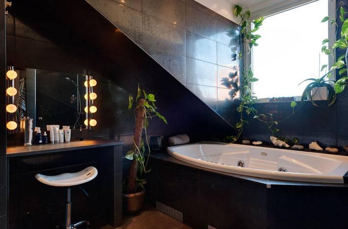 красивый дизайн ванной комнаты в черном цвете в мансарде