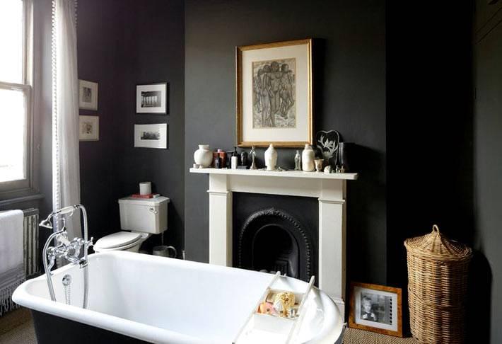 черный интерьер ванной комнаты с белым порталом камина