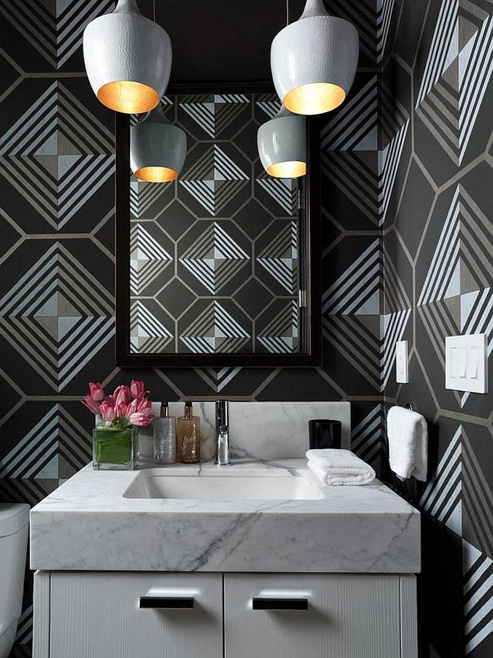 красивые черные обои в интерьере ванной комнаты с подвесными лампами