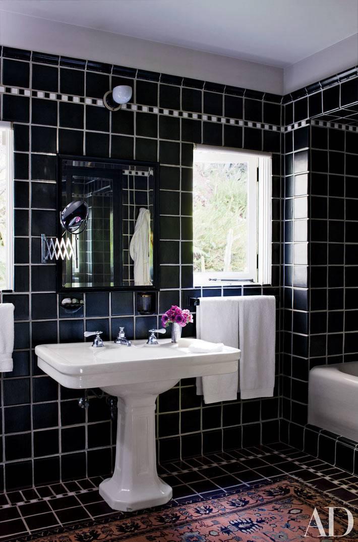 аксессуары в интерьере ванной комнаты с черными стенами