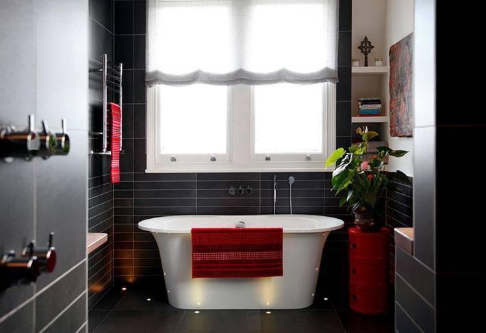 уютный интерьер ванной комнаты черного цвета с окном