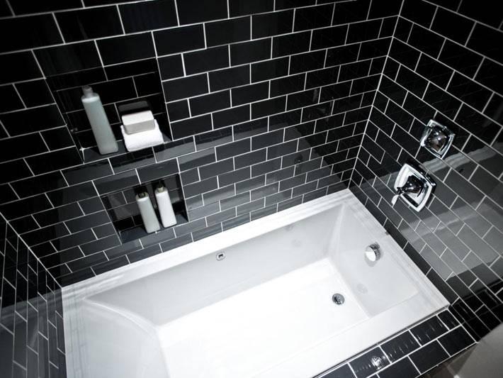 черная глянцевая плитка с белыми швами в интерьере ванной комнаты