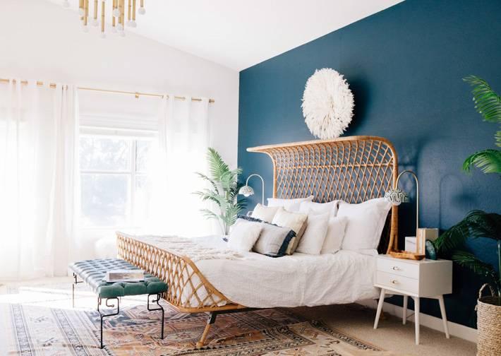 красивый интерьер спальни с синей акцентной стеной фото