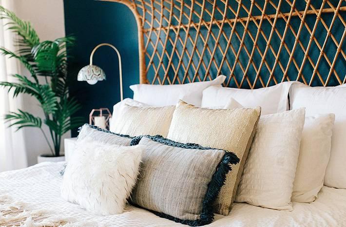 красивая кровать из ротанга для красивого интерьера спальни