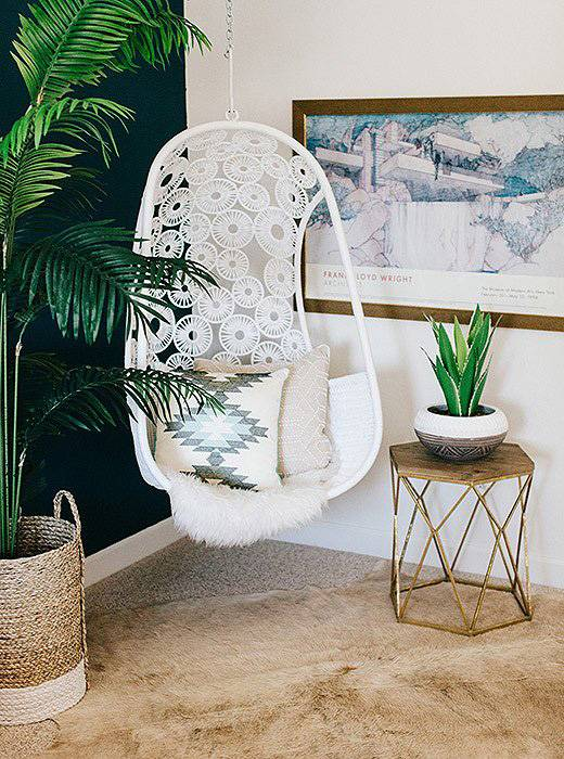 белое ажурное подвесное кресло в интерьере спальни