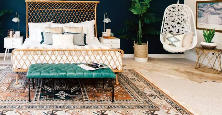 красивый дизайн интерьера спальни с подвесным креслом