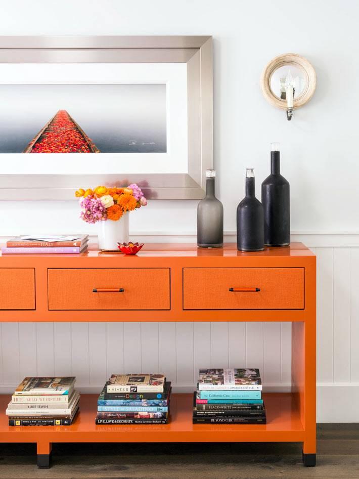 оранжевый стол с ящиками для гостиной комнаты фото