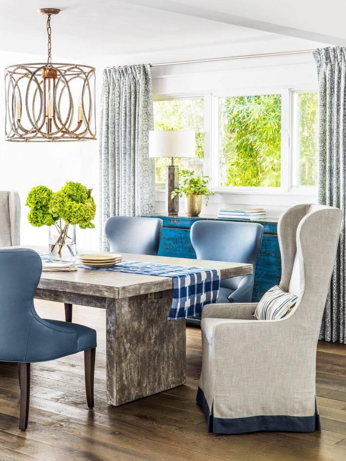массивный стол из камня с мягкими креслами в гостиной комнате фото
