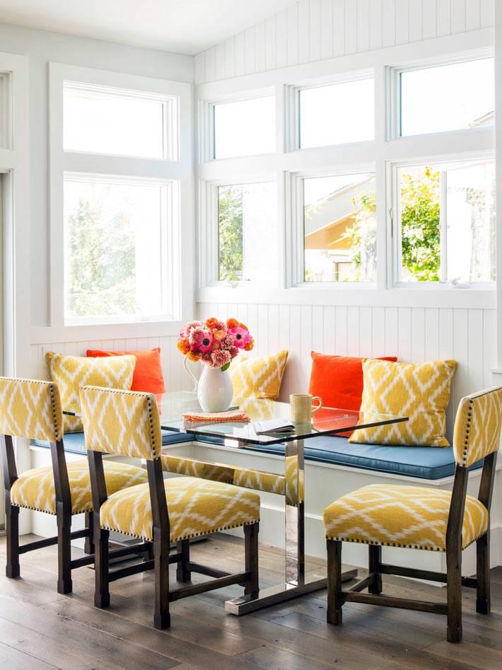 яркие желтые стулья в белом интерьере столовой комнаты