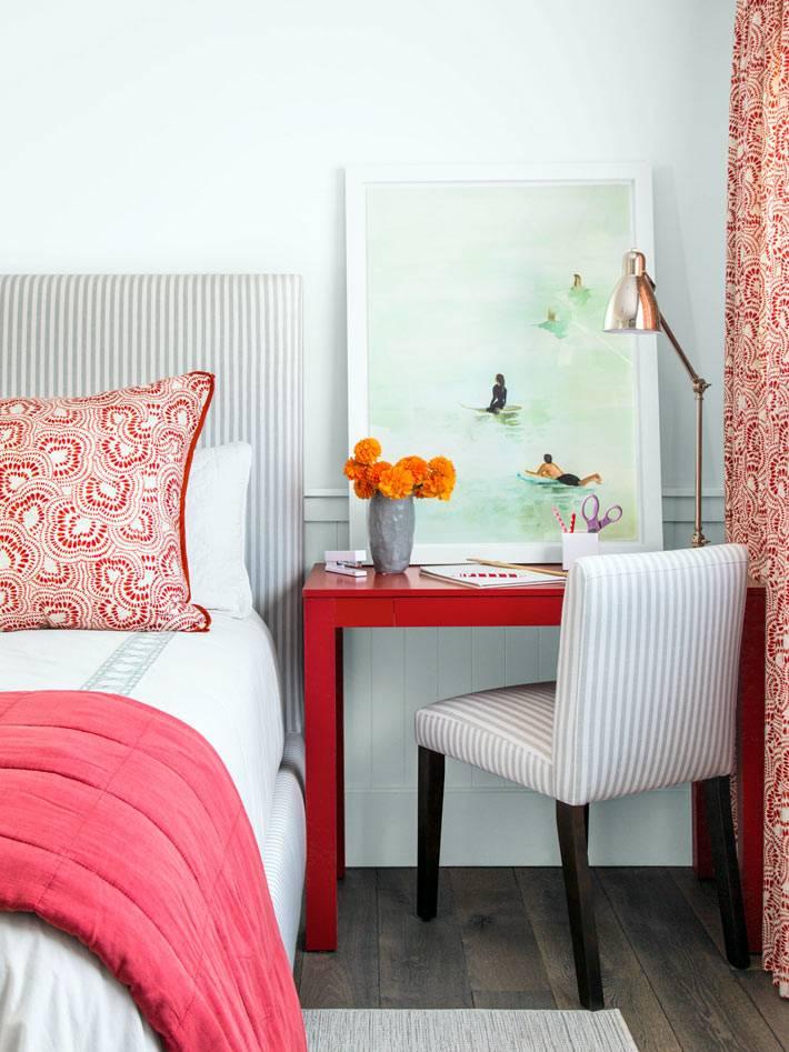 красный прикроватный стол и розовый цвет в интерьере спальни фото