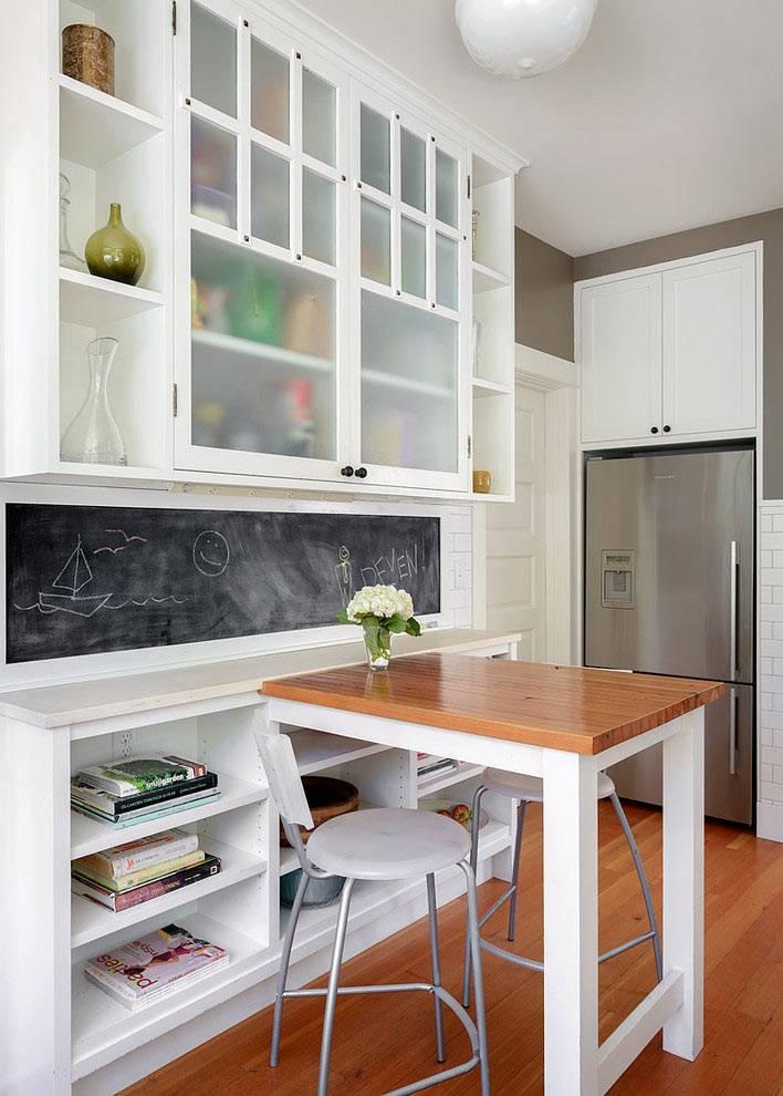 Грифельная доска или покрытие на рабочем уголке в кухне
