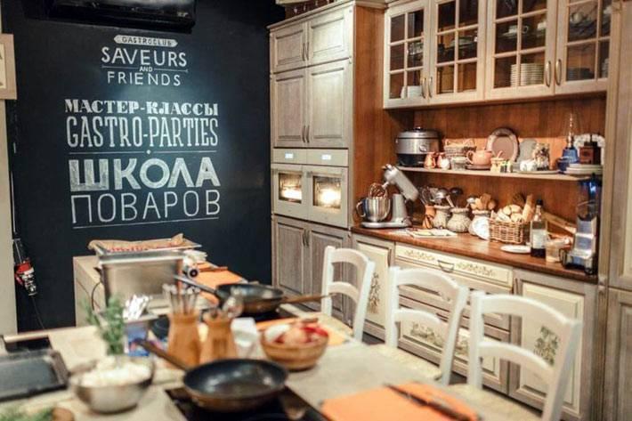 красивая грифельная стена в дизайне кухни в стиле прованс